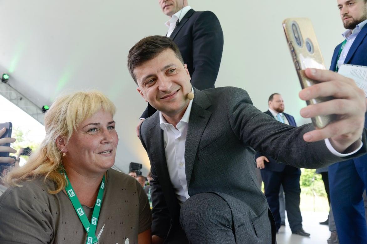 Zelensky-takes-selfie-with-supporter.jpg