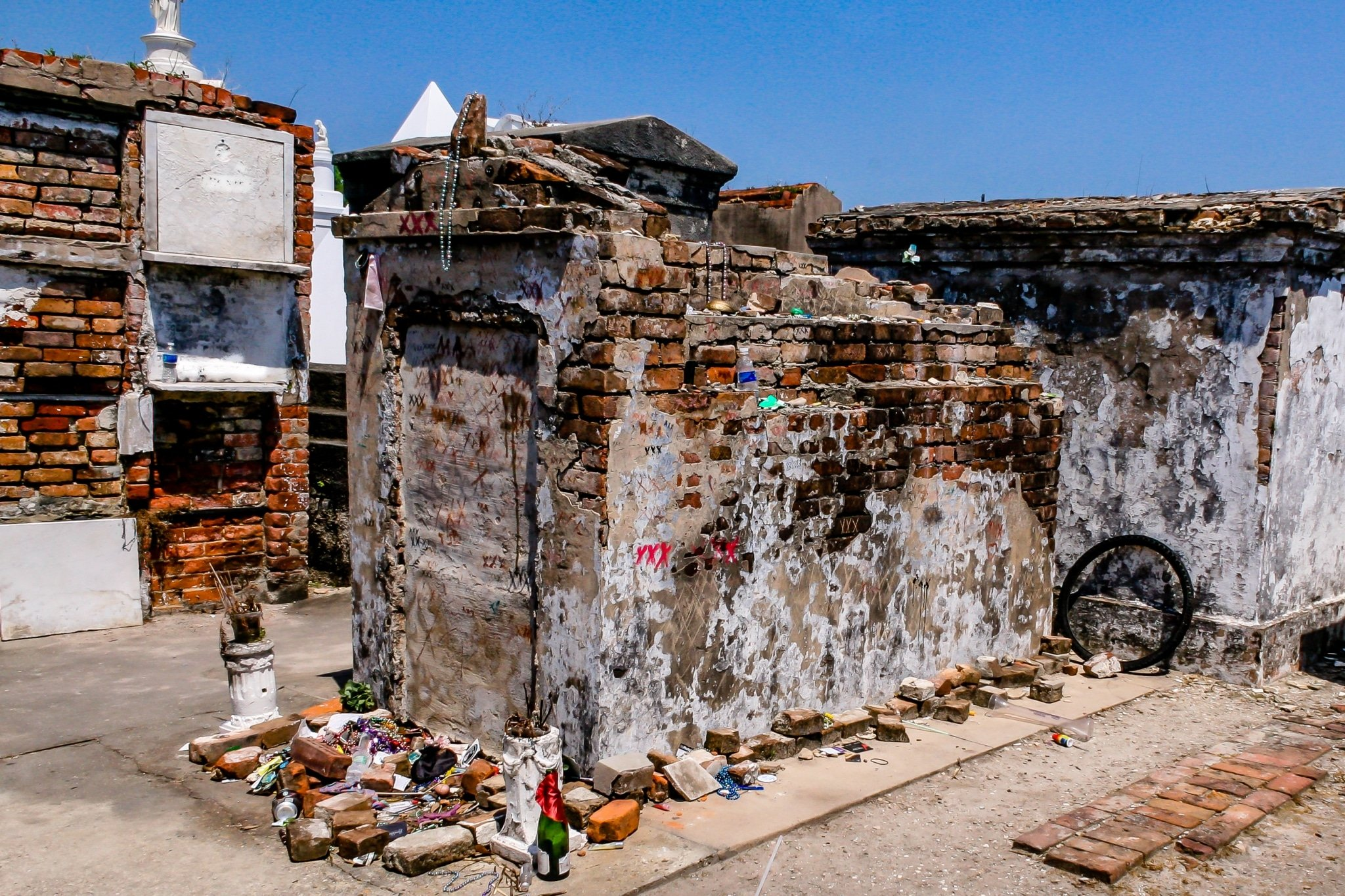 Marie-Leveau-tomb-in-St.-Louis-Cemetery-No.-1.jpg
